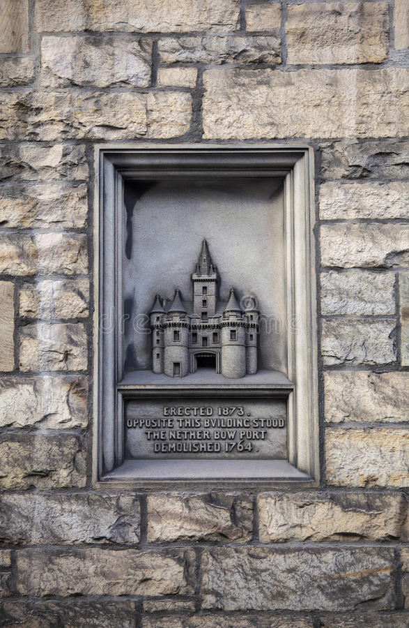 Netherbow port som snider i Edinburg arkivfoton