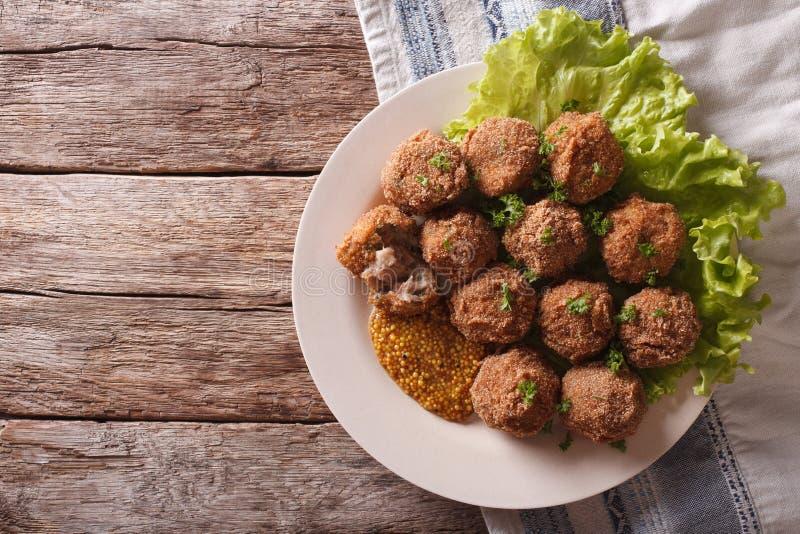 Netherlandish烹调:肉丸Bitterballen和芥末关闭 库存图片
