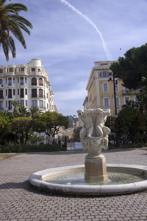 Nett, Frankreich, im März 2019 Ein kleiner alter Brunnen im Park auf Promenade des Anglais stockfoto