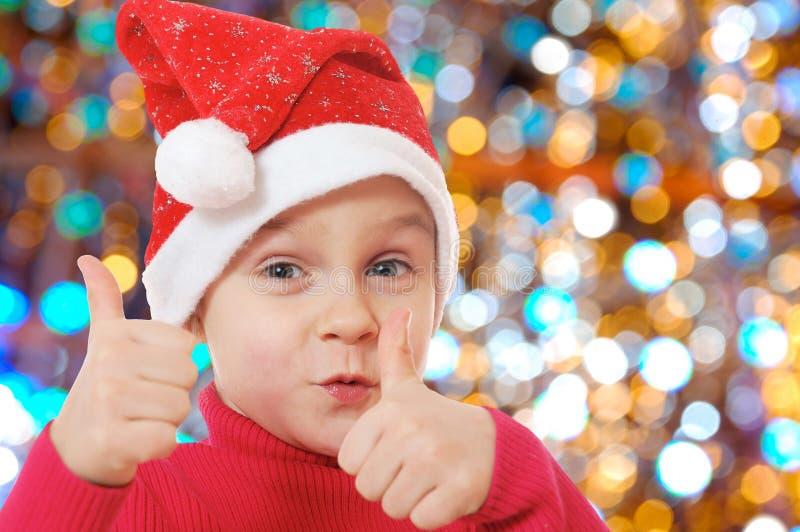 Nett wenig lächelndes Weihnachtshutkind lizenzfreie stockbilder