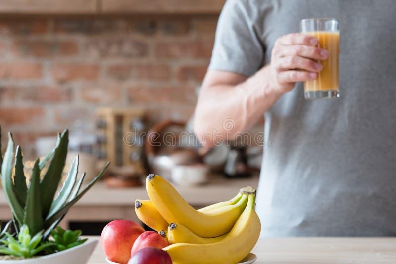 Nettarina della banana dell'uomo del succo della frutta fresca di mattina fotografia stock libera da diritti