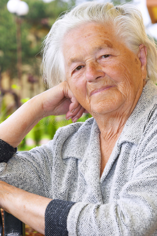 Nette ältere Frau stockfotos