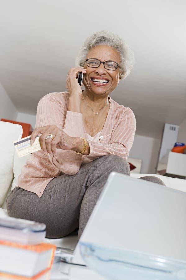 Nette ältere Frau beim Anruf lizenzfreies stockfoto