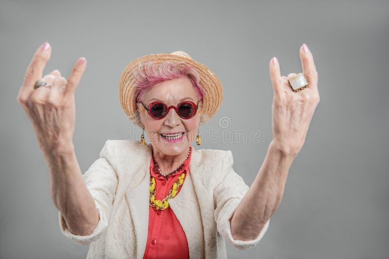 Nette ältere Frau, die im Studio aufwirft lizenzfreies stockbild