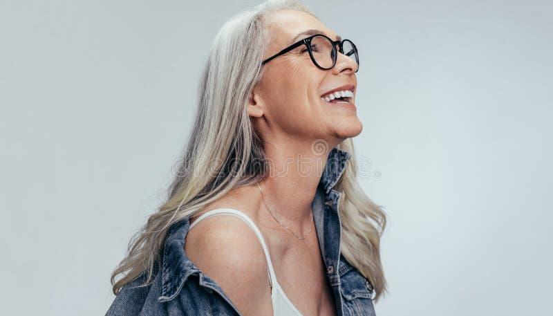 Nette ältere Frau, die Kopienraum betrachtet lizenzfreie stockfotos