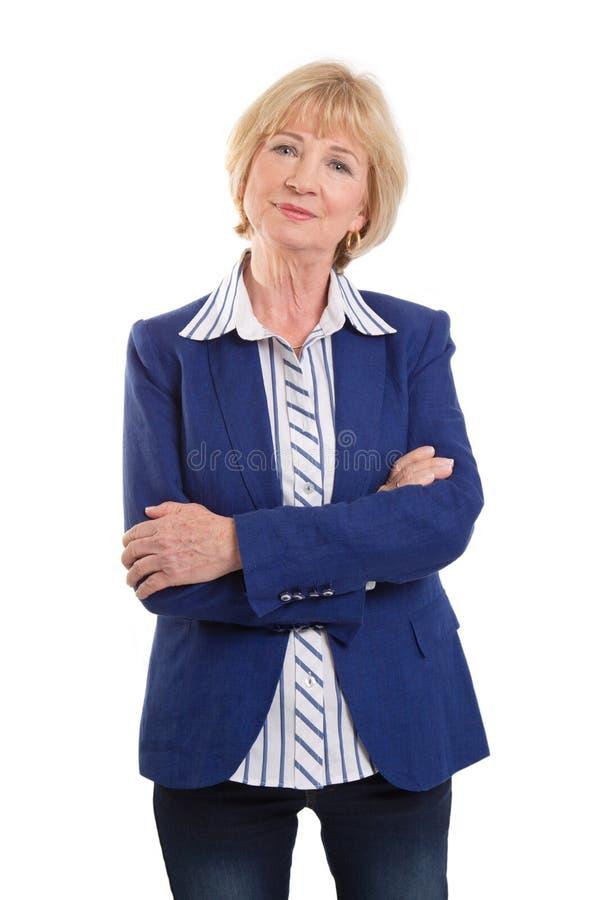 Nette ältere Geschäftsfrau mit den Armen gekreuzt stockfoto