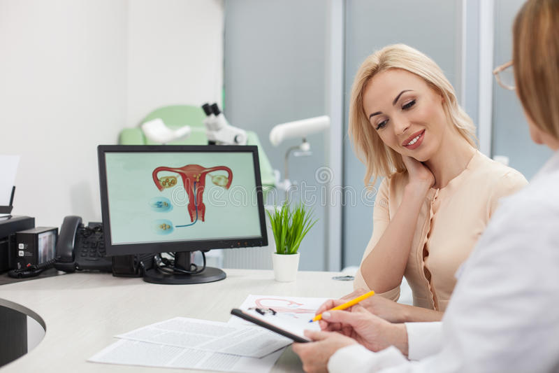 Nette Ärztin gibt Dame Rat lizenzfreie stockfotografie