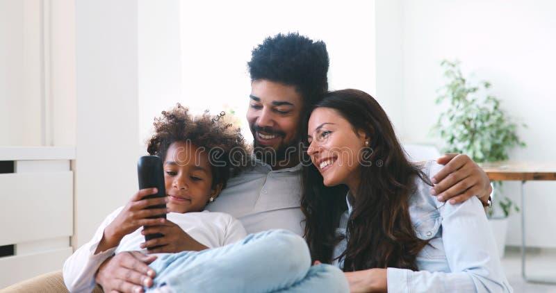 Nette Afroamerikanerfamilie, die zu Hause Zeit genießt stockbild