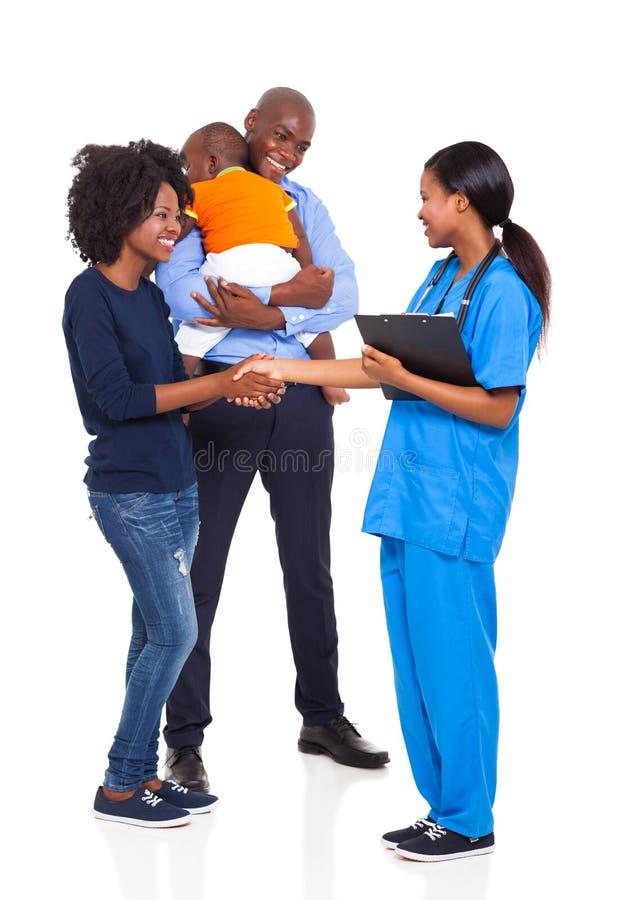 Afrikanische Familienkrankenschwester lizenzfreies stockfoto