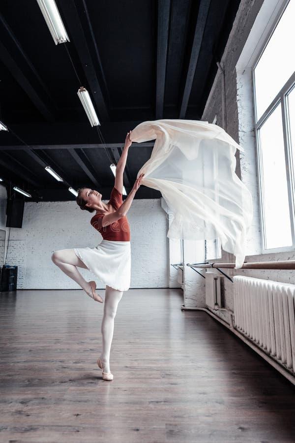 Nette angenehme Frau, die Ihnen einen schönen Tanz zeigt stockfotografie