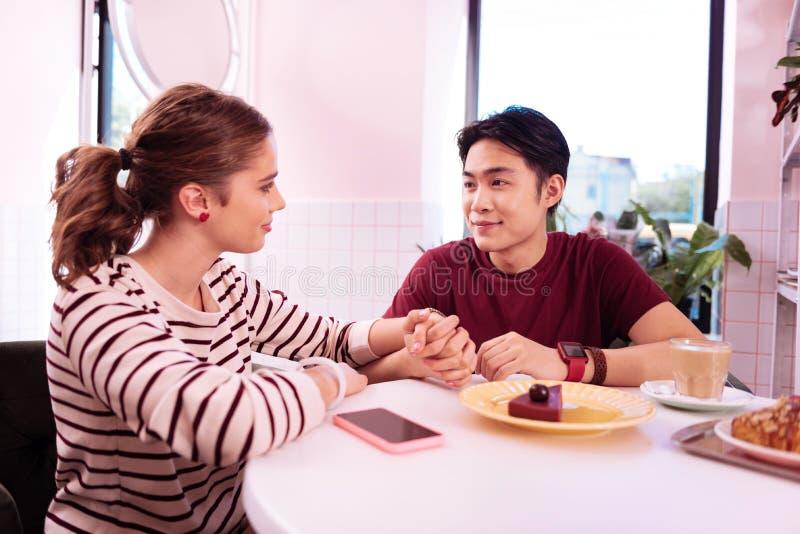 Nette anziehende Paare, die Datum in wenigem Café haben stockfotografie