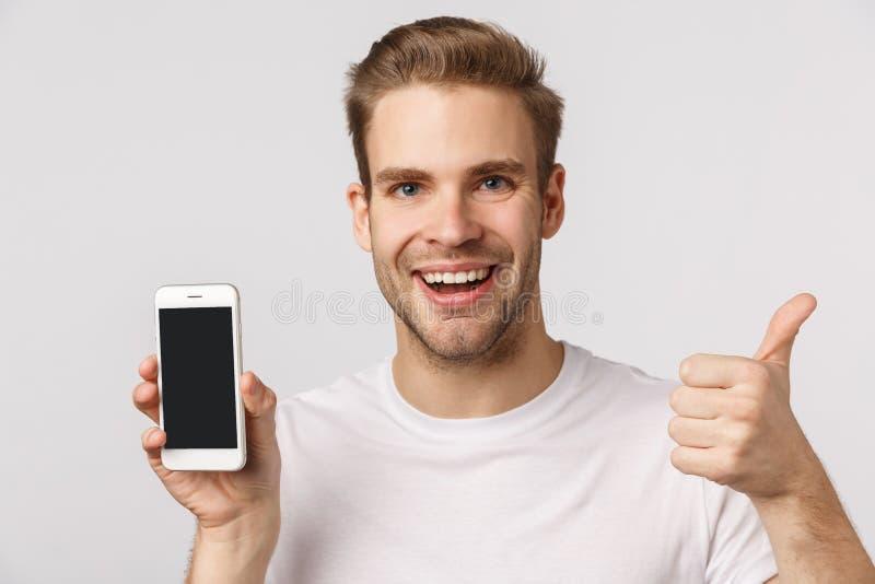 Nette App, downloaden Sie sie Aufgeregt und glücklich, erfreut blond blond Kaukasian Mann empfehlen Anwendung, Filter für Foto stockfotografie
