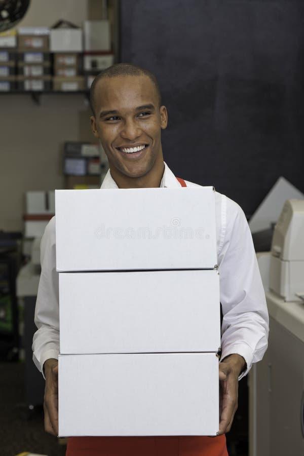 Nette Arbeitskraft, die Behälter hält lizenzfreie stockbilder