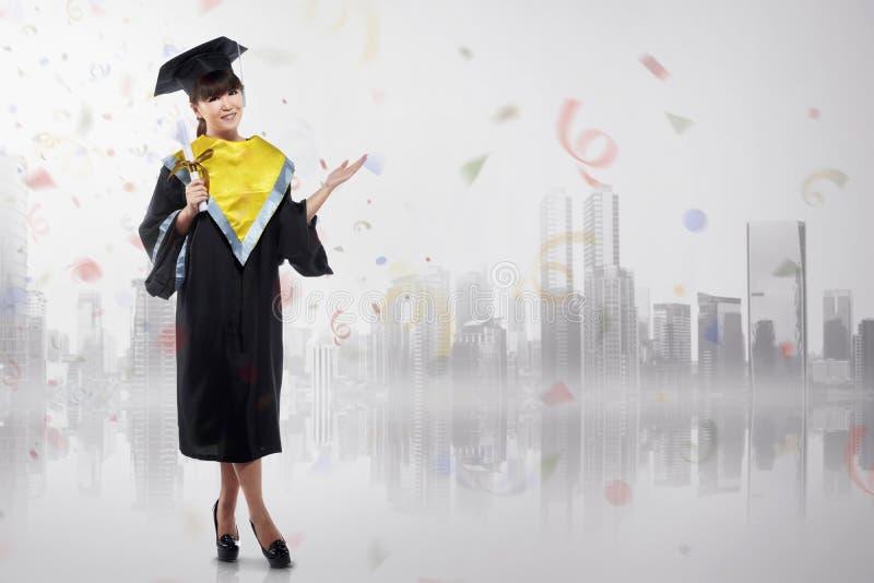Nette asiatische Frau, die Staffelung mit Staffelungskappe feiert lizenzfreies stockfoto