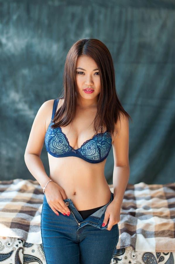 sexy Mädchen, das ihre Kleidung entfernt