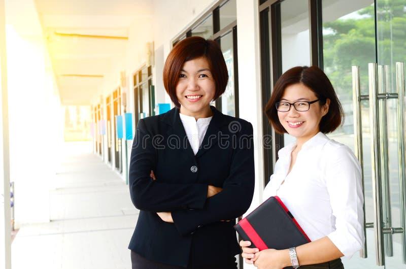 Nette asiatische Geschäftsfrauen stockfoto