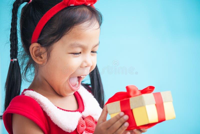 Nette asiatische Kindermädchenüberraschung mit Geschenk stockfotos