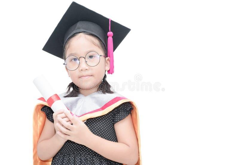 Nette asiatische Studentin in der Staffelungskappe mit Zertifikat lizenzfreies stockfoto