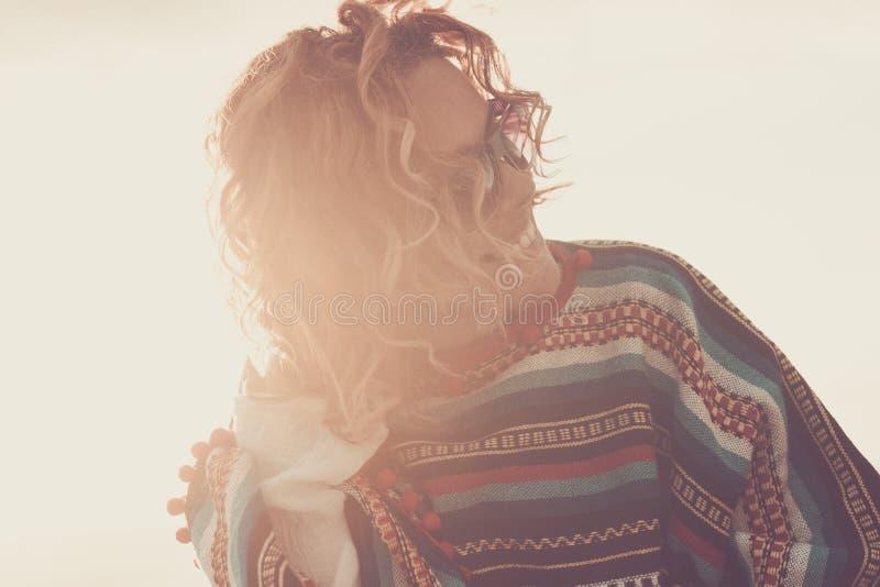 Nette attraktive blonde Mittelalterfrau, die die Freizeitbet?tigung im Freien w?hrend eines hellen Sonnenuntergangs - gl?ckliches lizenzfreie stockbilder