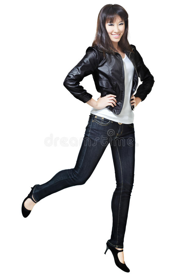 Nette, attraktive chinesische Frau, die froh springt lizenzfreie stockfotos