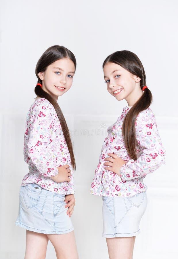 Nette Aufstellung der kleinen Mädchen stockbilder