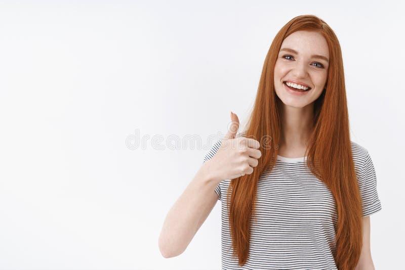 Nette auserlesene Unterstützung Bezaubernder Mädchen-Showdaumen der Rothaarigen netter europäischer herauf das Zustimmungslächeln lizenzfreies stockfoto