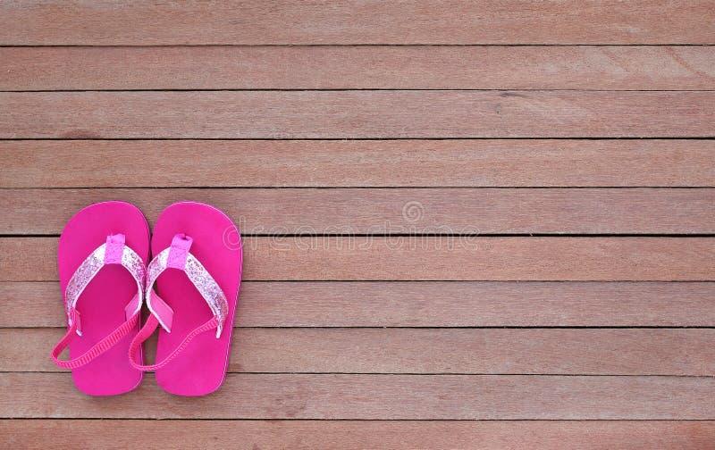 Nette Babysandaleschuhe auf hölzerner Planke, kleiner Schuh auf Holzfußboden mit Kopienraum, Draufsicht lizenzfreies stockfoto