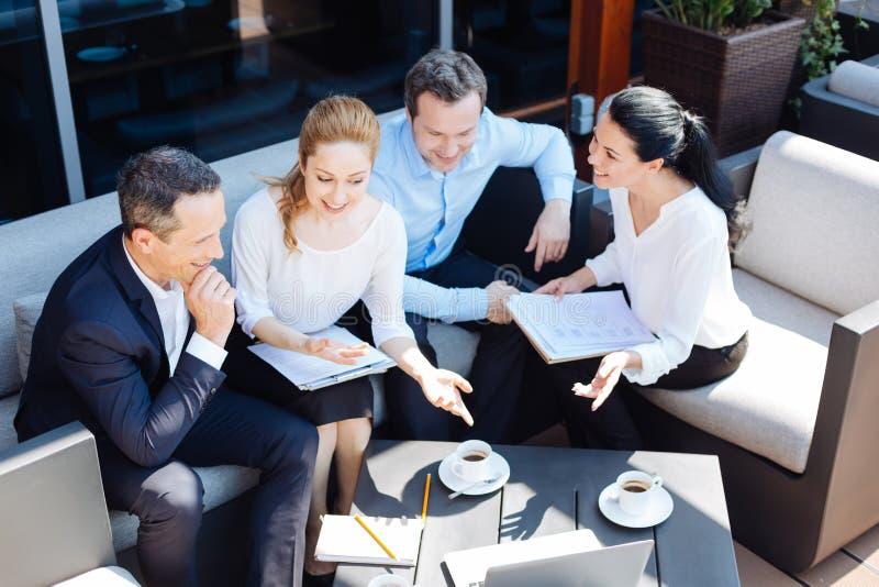 Nette Berufswirtschaftler, die eine Sitzung haben stockfotografie