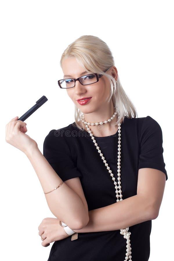 Nette blonde Frau, die auf Diagramm thnking ist lizenzfreie stockfotografie