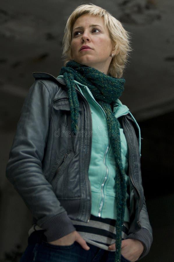 Nette blonde städtische Frau stockfoto