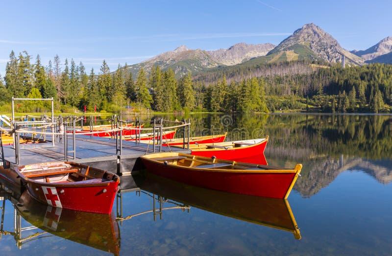 Nette Boote auf Gebirgssee lizenzfreie stockbilder
