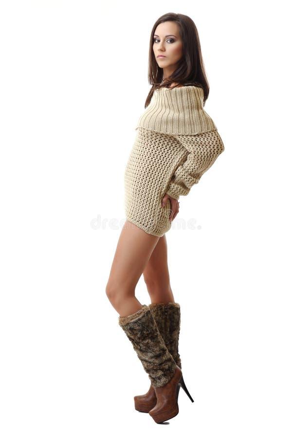 Nette Brunettefrau, die auf weißem Hintergrund aufwirft stockfotografie