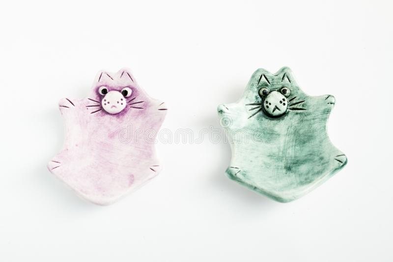 Nette bunte keramische Cat Ashtrays lizenzfreie stockfotos
