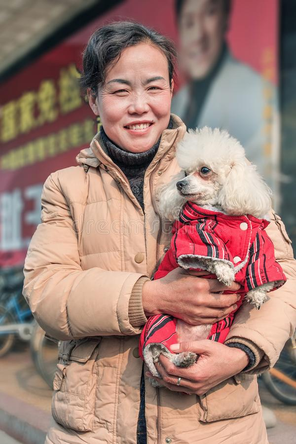 Nette Chinesin wirft mit ihrem Haustier, Peking, China auf stockfoto