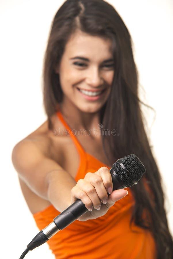 Nette Dame bietet verbinden zu ihrem Gesang an stockfotografie