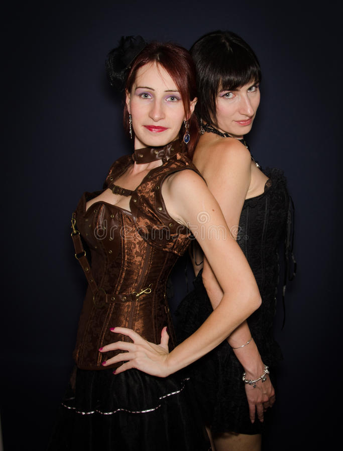 Nette Doppelschwestern stockfoto