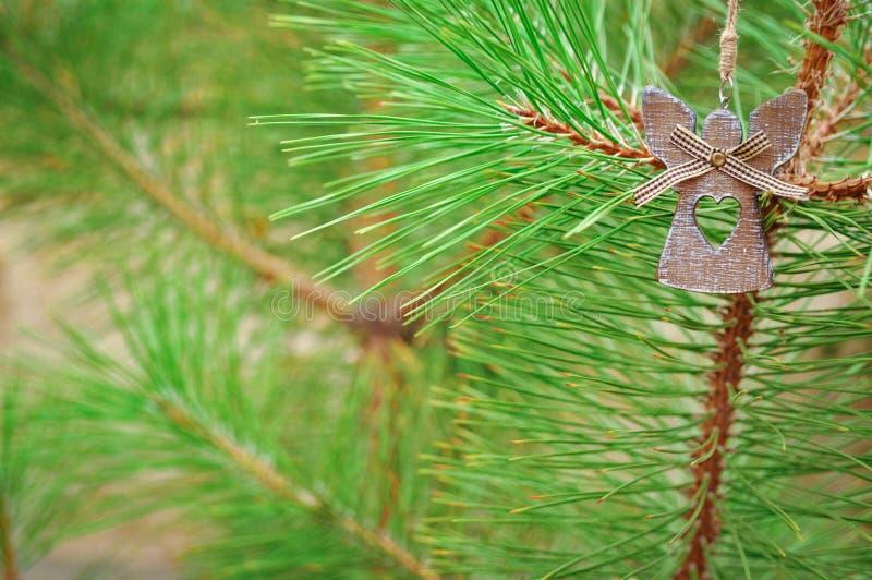 Nette Engelsdekoration für Weihnachtsbaum draußen lizenzfreie stockfotos