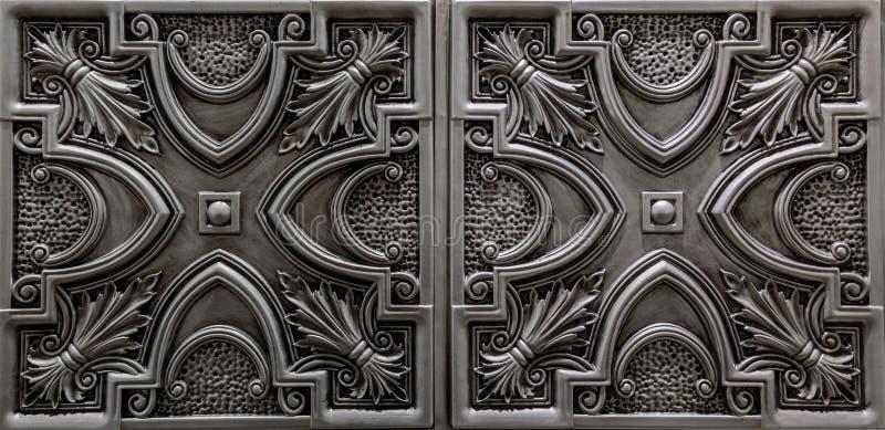 Nette erstaunliche Luxusansicht des strukturierten ausführlichen, dunklen Silbers, metallische Decke deckt Hintergrund mit Ziegel lizenzfreie stockbilder