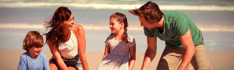Nette Familie, die Sandburg am Strand macht lizenzfreies stockfoto