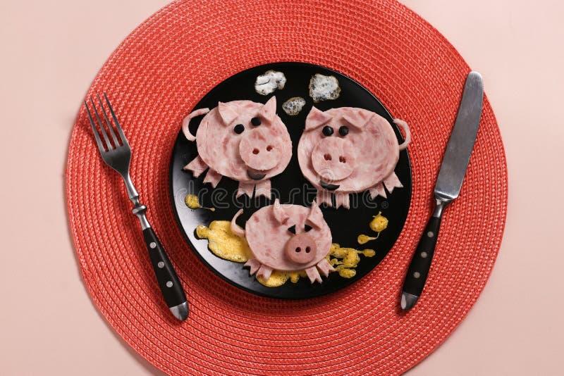 Nette Familie von Schweinen - Frühstück für Kinder vom Schinken und vom Omelett, kulinarische Idee lizenzfreie stockbilder