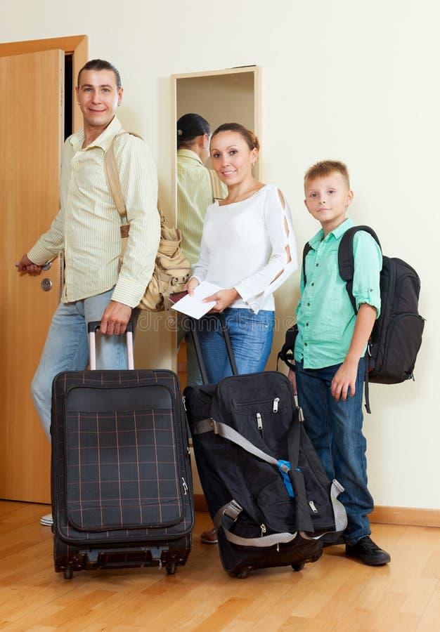Nette Familie von zwei adalts und Junge durch die Tür, die den VAC anstrebt stockfotos