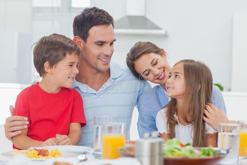 Nette Familie während des Abendessens lizenzfreie stockfotografie