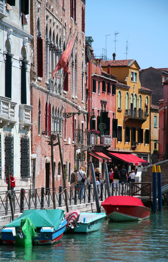 Nette farbige Straße in Venetia stockfotos