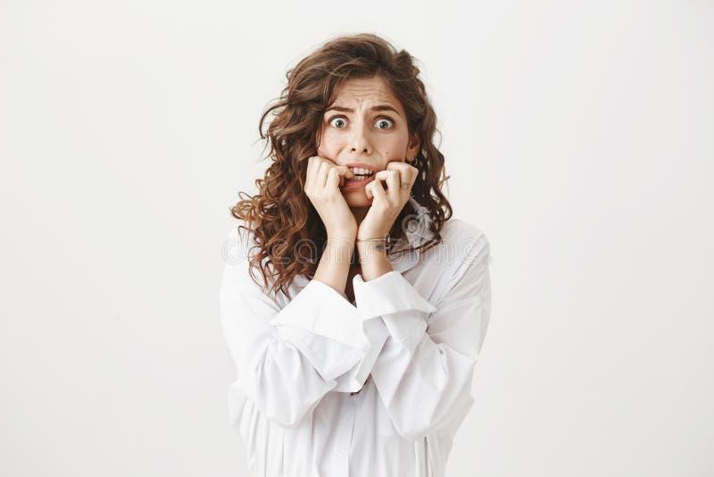 Nette fassungslose kaukasische Frau, welche die Furcht und schrecklichen Schrecken, starrend entlang der Kamera mit geknallten Au lizenzfreie stockfotos