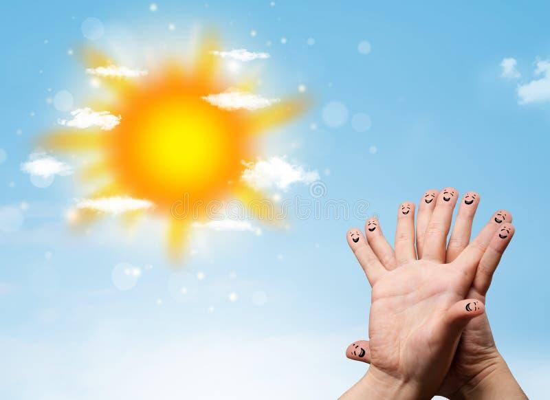 Nette Fingersmiley mit Illustration des hellen Sonnenscheins und der Wolken stockfoto