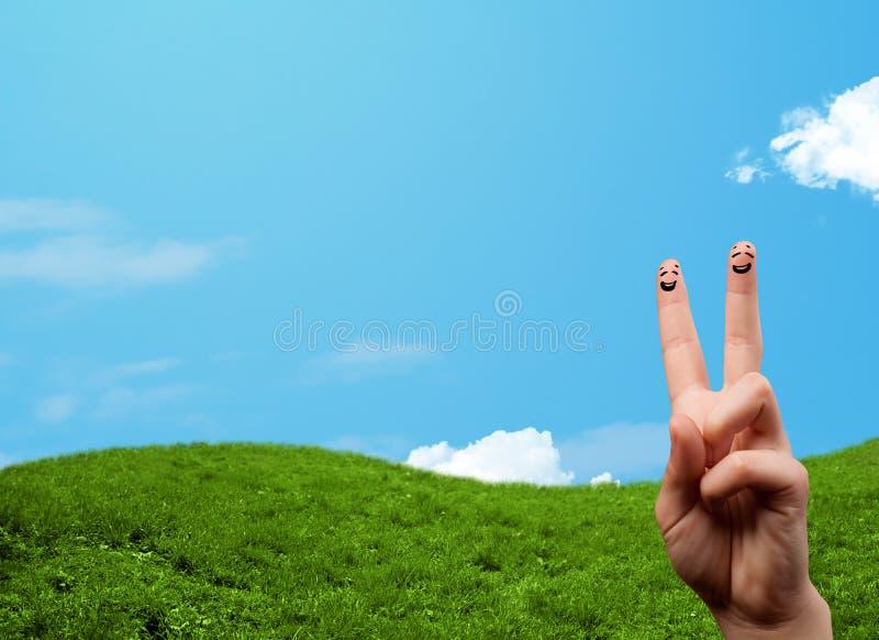 Nette Fingersmiley mit Landschaftslandschaft am Hintergrund lizenzfreie stockfotografie
