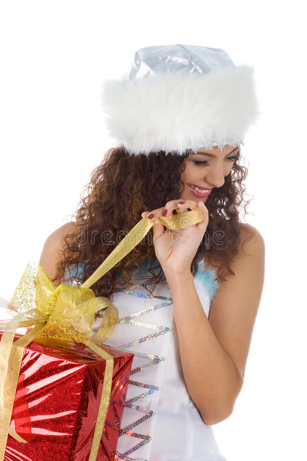 Nette Frau öffnen das Weihnachtsgeschenk stockbild
