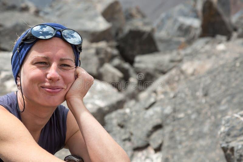 Nette Frau in Berglandschaft lizenzfreie stockbilder