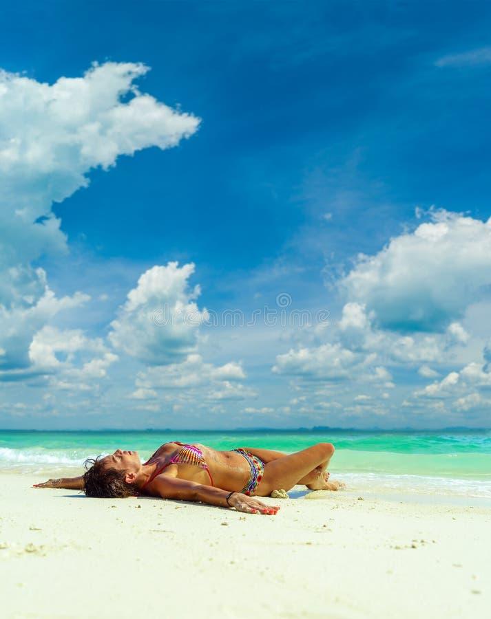 Nette Frau, die auf dem tropischen Strand des Sommers sich entspannt Weißer Sand, b lizenzfreies stockbild