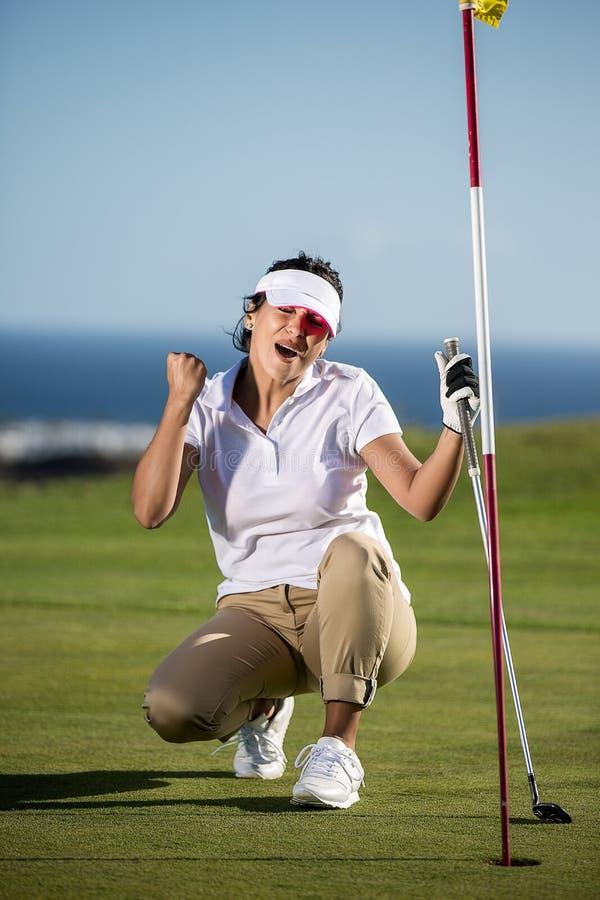 Nette Frau, die auf Golffeld geschossen wird lizenzfreies stockfoto